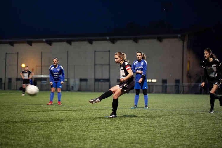 A 16 ans, Maëlys est la capitaine beaunoise et la véritable patronne au milieu de terrain. Dotée d'une grosse frappe de balle, elle a déjà refusé des offres du grand club féminin de la région, Dijon FCO. Elle privilégie le fait de continuer à s'amuser tout en jouant sérieusement.