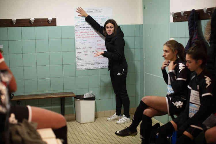A 20 ans, Océane Boulicault est l'entraîneuse adjointe de l'équipe. Etrangère au football, elle a été convaincue il y a 5 ans par Anthony Morlot pour rejoindre la section féminine naissante. Depuis, elle est passée de joueuse à éducatrice.