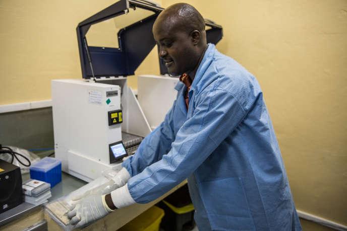 Un extracteur chargé de récupérer le matériel génétique du VIH afin de réaliser une mesure de charge virale, dans les locaux de l'ANSS à Bujumbura, Burundi, le 6 novembre 2018.