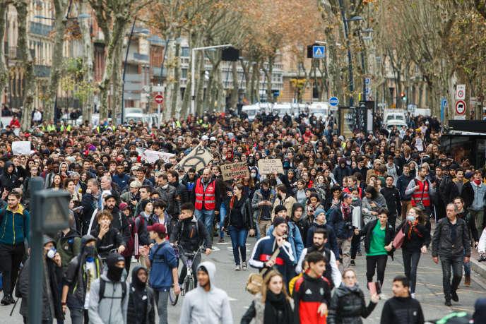 Rassemblement de lycéens pour rejoindre les «gilets jaunes», au centre-ville de Toulouse, le 4 décembre.