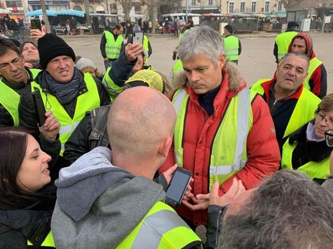 Lors d'un rassemblement devant la préfecture, place du Breuil, au Puy-en-Velay, Laurent Wauquiez se mêle aux manifestants, le 24 novembre.