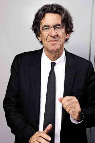 Chroniqueur pour «Le Figaro », pourfendeur d'Emmanuel Macron et même défenseur des « gilets jaunes », Luc Ferry n'en finit plus de produire de la pensée au kilomètre et des livres au kilogramme. Ces jours-ci, il sort ainsi un «Dictionnaire amoureux de la philosophie», dans lequel il nous expliquera peut-être pourquoi les philosophes aiment les chemises blanches, et pourquoi lui affectionne à ce point l'aspect guindé des «tab collar», dont les pans sont reliés par une patte de tissu. Parce que cela mérite effectivement une petite explication.
