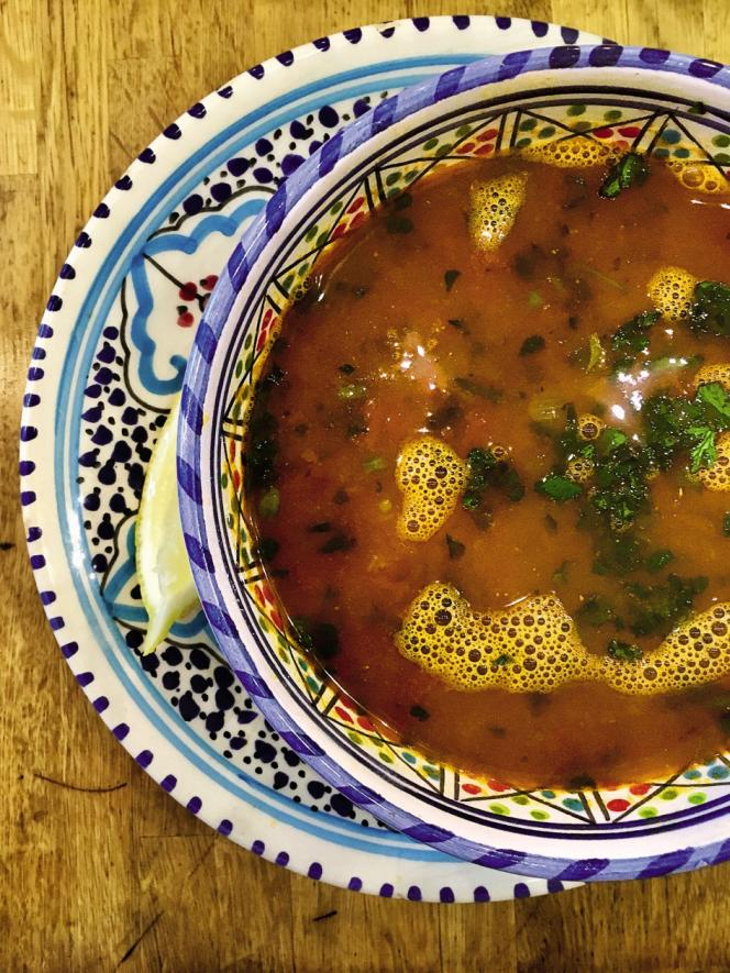 Avis aux végétariens, la chorba de chez Tounsia ne comporte jamais de viande, que de bons pois, de la coriandre fraîche et… de la harissa.