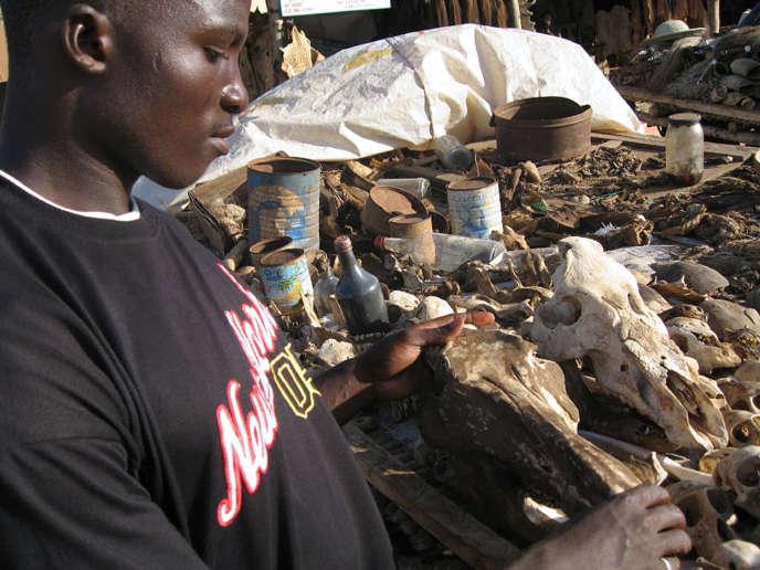 Un stand du marché de la médecine traditionnelle à Lomé, au Togo, en mai 2006.