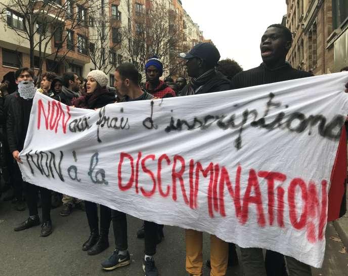 2 000 étudiants se sont rassemblés devant les locaux de Campus France, jeudi6 décembre, pour protester contre la hausse des frais d'inscription pour les étudiants non européens.