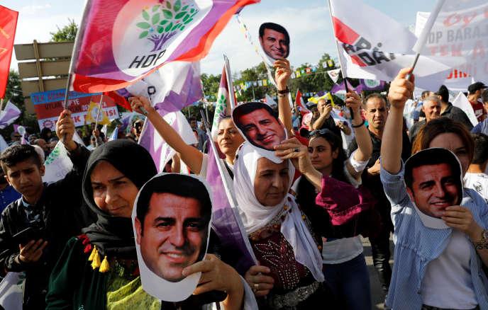 «Nous sommes les otages d'un enchaînement de pressions et de décisions politiques qui nous visent, parce que nous constituons un obstacle à l'édification du pouvoir autocratique instauré en Turquie.» Photo : partisans de Selahattin Demirtas à Ankara (Turquie) le 19 juin 2018.