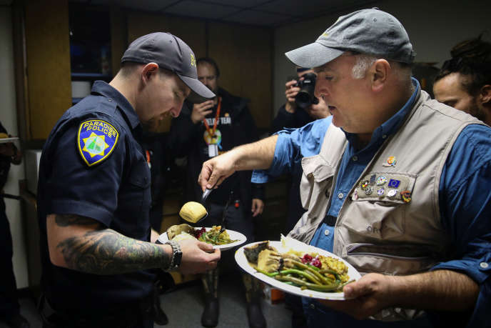 Le chef américain José Andrés distribue des repas aux policiers de la ville sinistrée par les incendies de Paradise (Californie), le 22 novembre.