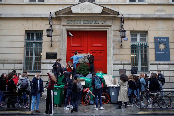 Devant le lycée Henri-IV, à Paris, le 6 décembre.