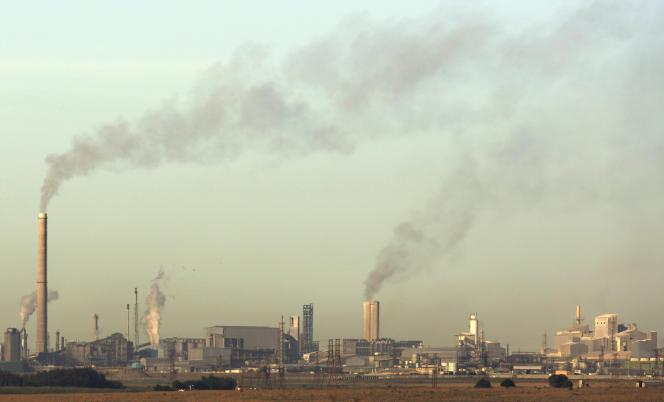 De la fumée s'échappe des cheminées de l'usine Sasol, qui synthétise des produits pétroliers et du gazole à partir du charbon, à Sasolburg, en Afrique du Sud, le 4décembre.