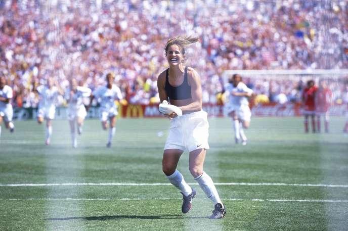 L'image de Brandi Chastainexultant en brassière noire après son tir au but converti qui offre le titre mondial aux Etats-Unis en 1999 face à la Chine propulse le football féminin en «une» du magazine américain «Sports Illustrated» et se grave dans l'éternité.