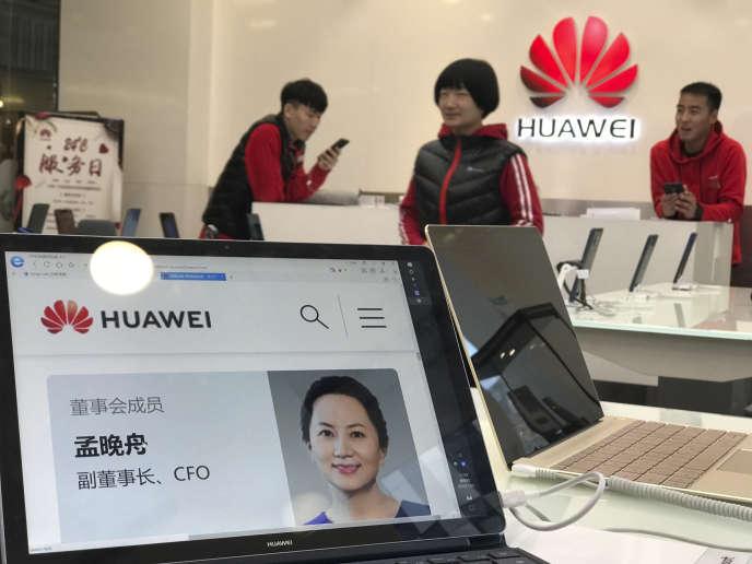 Le profil officiel de la directrice financière du géant des télécoms chinois Huawei, Meng Wanzhou dans un magasin de Pékin, le 6 décembre.