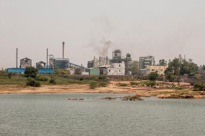 A Gaddapotharam, les effluents des usines pharmaceutiques sont déversés directement dans ce lac qui servait autrefois à irriguer les rizières et les champs alentour.
