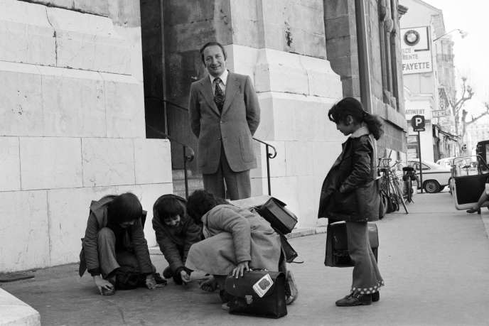 Joseph Joffo regarde des enfants jouer aux billes, le 4 mars 1974 à Nice.