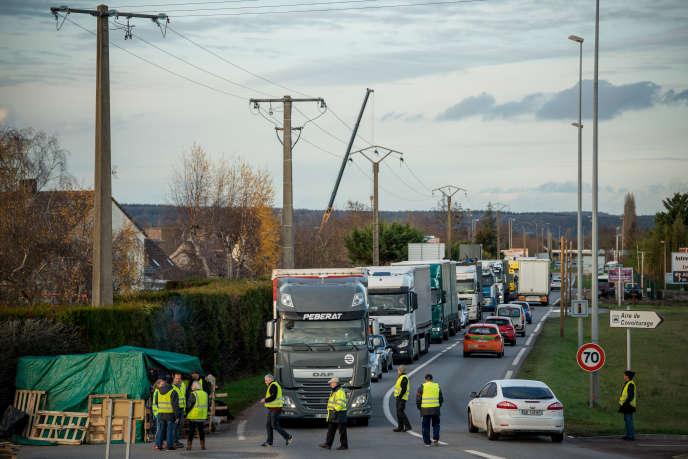 Un barrage filtrant organisé par des « gilets jaunes », à Gaillon (Eure), mercredi 5 décembre.