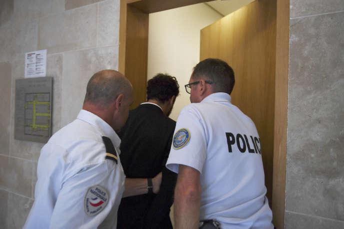 Le chanteur marocain Saad Lamjarred accompagné par des policiers français au tribunal d'Aix-en-Provence, le 18septembre 2018.