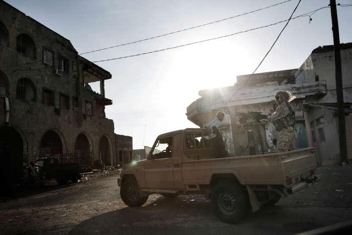 Des combattants des forces de la coalition soutenue par l'Arabie saoudite dans les rues de Mocha (Yémen), le 12 février.