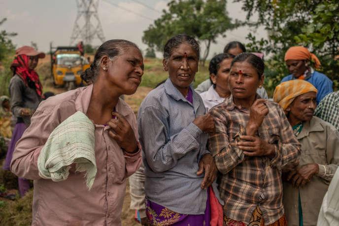 Près du village d'Eludabad, les femmes travaillant dans les champs sont au contact de l'eau polluée. Elles se plaignent notamment de problèmes cutanés.