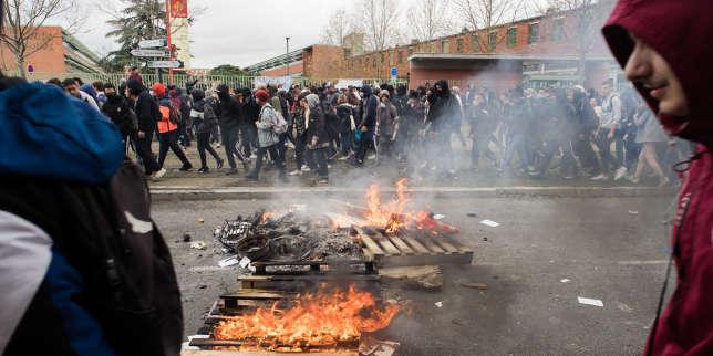 Les lycéens manifestent pour dénoncer les réformes du bac et les dysfonctionnements de Parcoursup, à Toulouse, le 6 décembre.