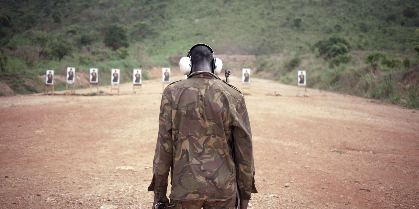 A Central African soldier trains with the AK47 assault weapon on the European launch pad at Camp Kassai, in Bangui, on March 14, 2018. - At this location, the European Union training mission in the Central African Republic (EUTM CAR) trains FACA soldiers to be deployed in the country. (Photo by FLORENT VERGNES / AFP)