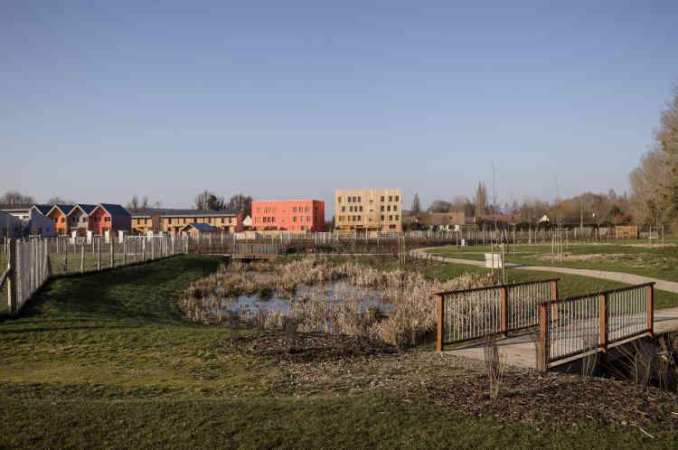 Situé au bord de l'Eure, l'écovillage des Noés est situé en zone inondable. Bassins, noues : le parc est aménagé pour accueillir ces débordements, avec des retenues qui favorisent la biodiversité et fertilisent les sols cultivés.