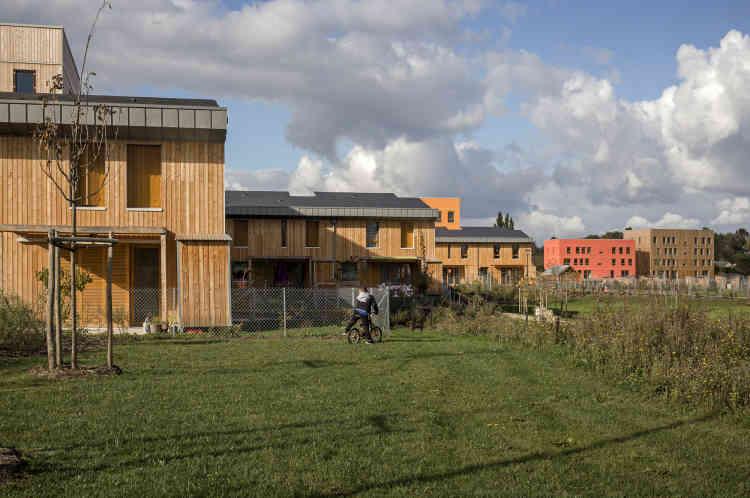 La conception bioclimatique des logements, qui bénéficient tous d'un ensoleillement minimal de deux heures au 21 décembre, les aide à atteindre le niveau passif pour le chauffage.