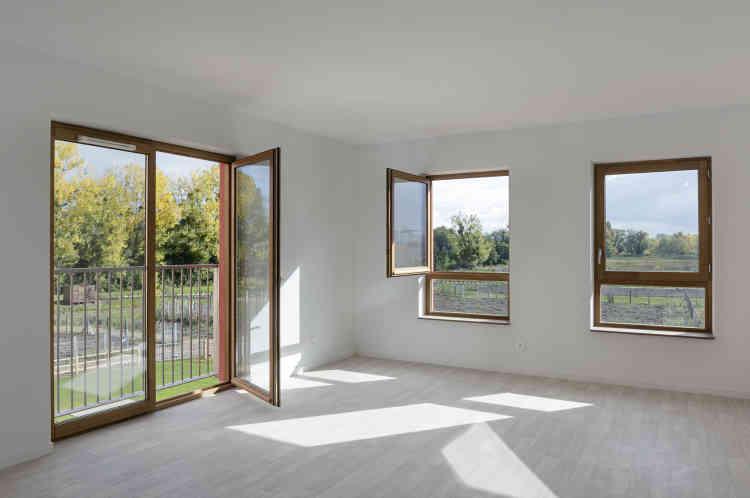 Dans les logements, tous traversants, la lumière naturelle est omniprésente. A rebours de bâtiments « thermos», les fenêtres s'ouvrent, même dans les salles de bains.