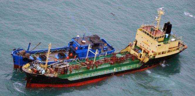 Sur cette photo, datée du 16 février et diffusée par le ministère de la défense du Japon, se trouvent le pétrolier battant pavillon nord-coréen, «Yu-Jong-2», à gauche, et le «Min-Ning-De-You-078», côte à côte en mer de Chine orientale, en train de transborder du pétrole.