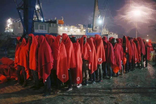 Des migrants, tout juste débarqués du bateau qui les a recueillis en mer Méditerranée, attendent dans le port de Malaga (Espagne), le 8 novembre.