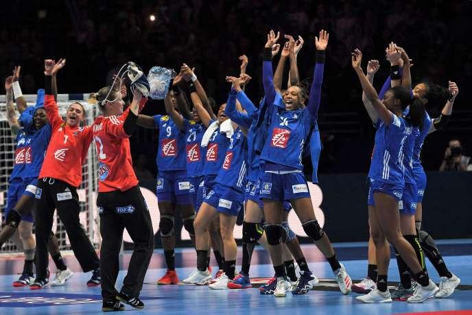 La joie des Bleues après leur victoire contre le Danemark.