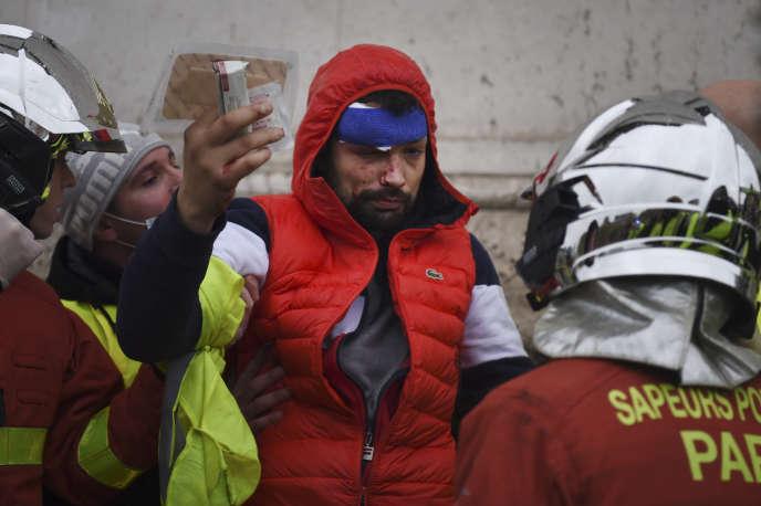 Un manifestant blessé par un tir de Flash-Ball, près de l'Arc de triomphe, à Paris, le 1er décembre.