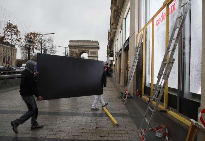 Avenue des Champs-Elysées, les boutiques se barricades en prévision de la mobilisation de samedi 8 décembre.
