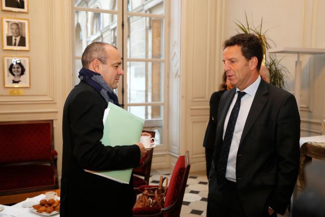 Laurent Berger, le secrétaire général de la CFDT, et Geoffroy Roux de Bézieux, le président du Medef, avant la réunion des partenaires sociaux au ministère du travail, à Paris, vendredi 7 décembre.