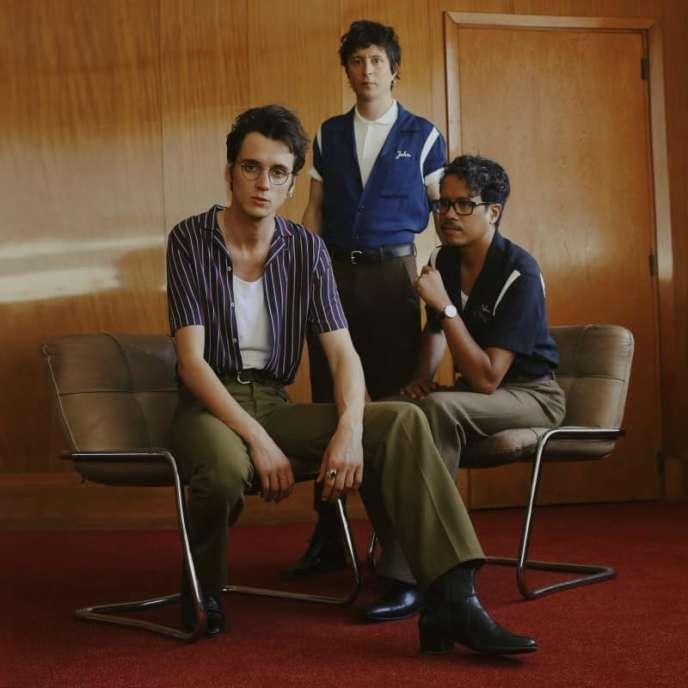 Le trio Radio Elvis : Pierre Guénard (chant et guitare), Manu Ralambo (guitare électrique et basse) et Colin Russeil (batterie et claviers).
