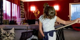 Lola Bingler, atteinte d'agénésie transverse, est très autonome dans la vie quotidienne, à Calan (Morbihan), le 5 décembre.