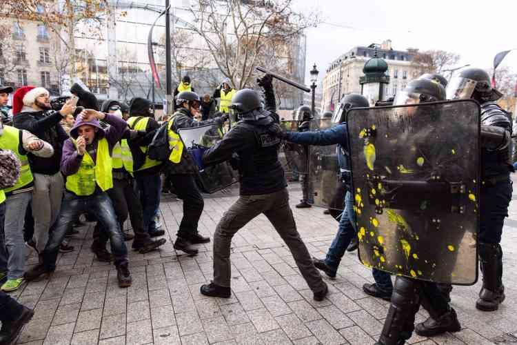 Sur les Champs-Elysées, à Paris, le 8 décembre lors du rassemblement des« gilets jaunes».