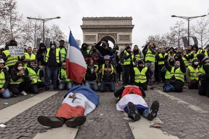 Sur les Champs-Elysées, le 8 décembre.