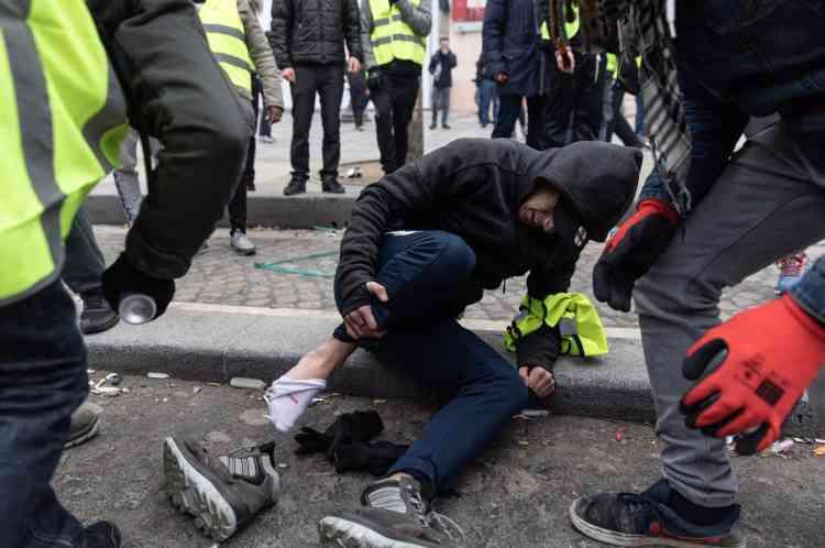 Un «gilet jaune» blessé par un tir de Flash-Ball à Paris sur les Champs-Elysées.