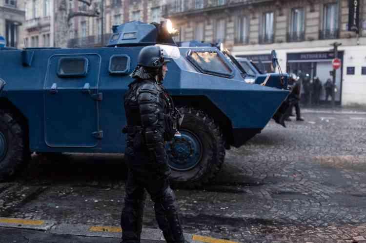 Des véhicules blindés des forces de l'ordre sont stationnés avenue de Friedland, dans le 8e arrondissement de Paris, près des Champs-Elysées.