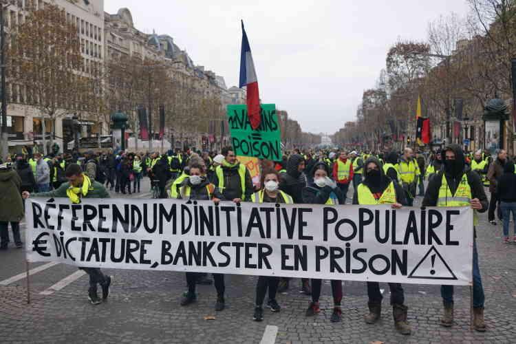 A Paris, sur les Champs-Elysées, on a pu observer des pancartes portant des slogans complotistes, déjà fortement présents lors des rassemblements précédents, comme ce « vaccins = poison».