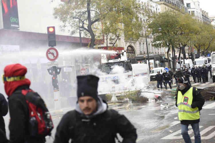 Sur les Grands Boulevards à Paris, la police fait usage de canons à eau pour disperser les «gilets jaunes».