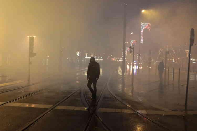 A Nantes, la tombée de la nuit a aussi donné lieu à quelques échauffourées. La police a dispersé les« gilets jaunes» à l'aide de gaz lacrymogènes.
