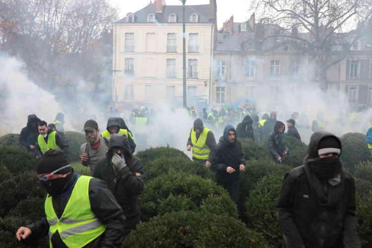 A Nantes, la police fait usage de gaz lacrymogènes pour disperser les «gilets jaunes», rassemblés devant la préfecture.