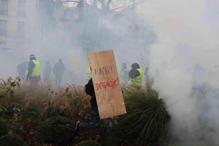 A Nantes, la police fait usage de gaz lacrymogènes pour disperser les « gilets jaunes » rassemblés devant la préfecture.