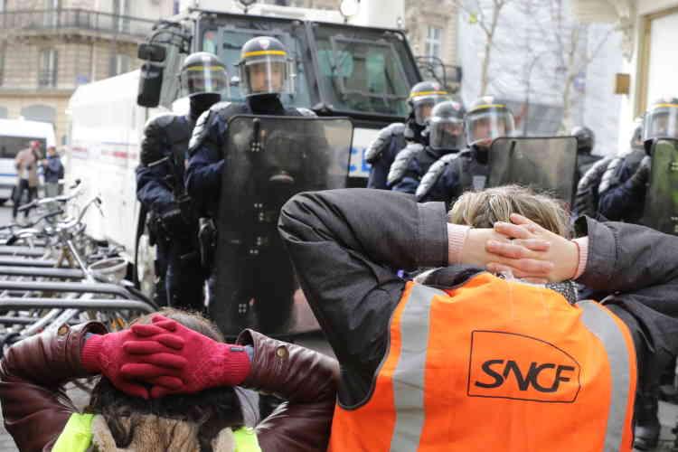 Rue Caumartin à Paris, des « gilets jaunes» se mettent spontanément à genoux devant les forces de l'ordre, en référence à la vidéo d'arrestation de lycéens de Mantes-la-Jolie (Yvelines).