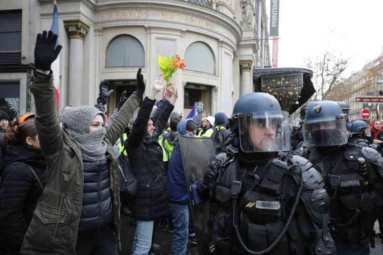 Face-à-face entre des« gilets jaunes» et la police près de la gare Saint-Lazare à Paris.