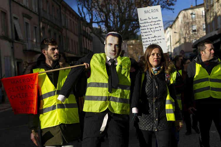 """A Privas, préfecture de l'Ardèche, un cortège d'une centaine «gilets jaunes» defile dans les rues en scandant : """"Macron, si tu fais chier, on va te guillotiner""""."""