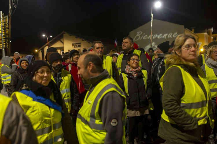 Au Pouzin, en Ardèche, la mobilisation ne faiblit pas malgré la tombée de la nuit. Les «gilets jaunes» continuent de marcher autour du rond-point de la Rotonde.