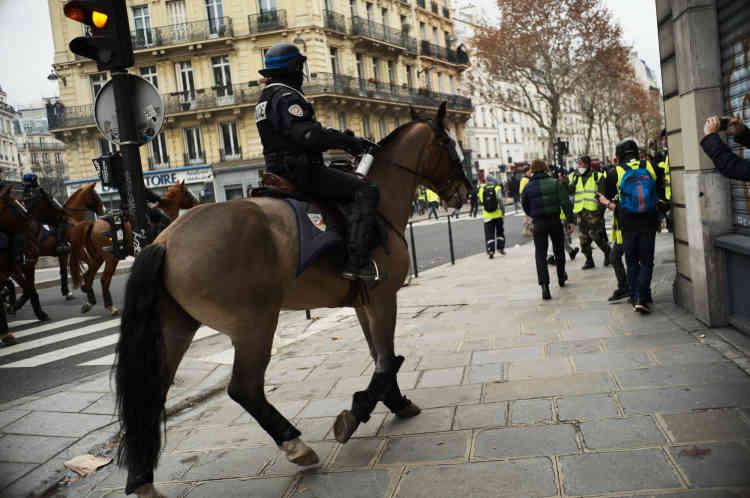 La police montée est intervenue près de la rue Réaumur à Paris.