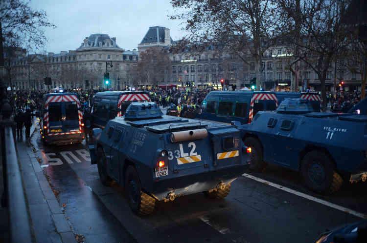 Les forces de l'ordre positionnent des véhicules blindés sur la place de la République à Paris.