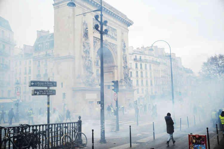 Les Grands Boulevards à Paris, dans une brume de gaz lacrymogènes.